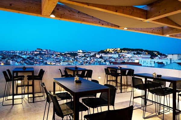 Go intimate over dinner with an amazing view of Lisbon at night in Lisboa Pessoa Hotel