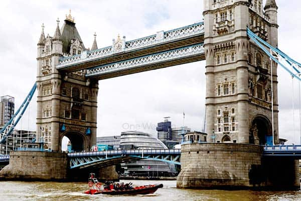 Tour the city on a speedboat and see the beauty of London