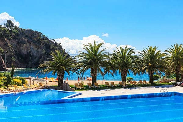 Take advantage of the pool with a view of the sea at Arenas Resort Giverola
