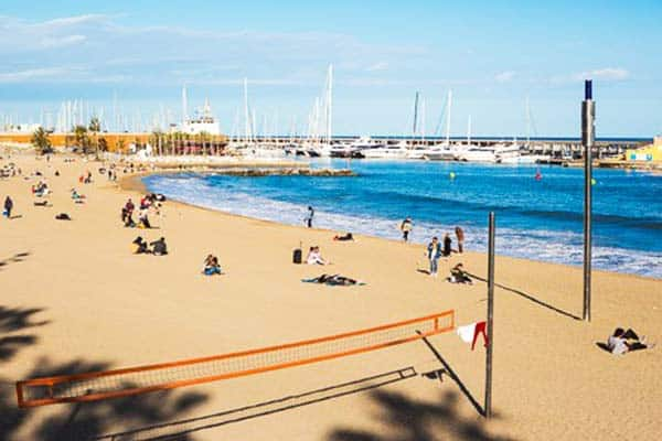 Join a game of beach volleyball with the locals and tourists at Somorrostro Beach