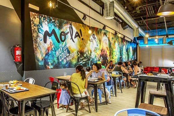 MOLA Hostel Madrid Dining Area