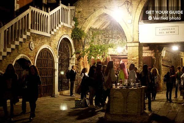 Experience the mysterious atmosphere yourself as the night falls on the Cannaregio district